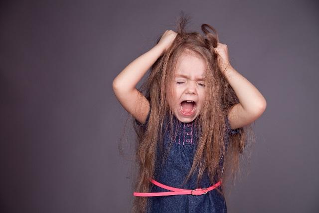 La petite fille qui pleure lorsque sa maman vient la chercher