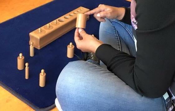 La petite fille et les cylindres Montessori